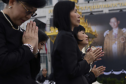 October 13, 2017 - Bangkok, Bangkok, Thailand - Thai Buddhist devotees give alms to a Buddhist monk in front of Bangkok's City Hall on October 13, 2017. King Bhumibol Adulyadej passed away on 13 October last year, and Thai Government has made 13 October an annual public holiday to commemorate the late king. (Credit Image: © Anusak Laowilas/NurPhoto via ZUMA Press)