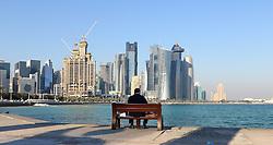 20.01.2015, Doha, QAT, FIFA WM, Katar 2022, Vorberichte, im Bild eine Person vor der Skyline von Doha // Preview of the FIFA World Cup 2022 in Doha, Qatar on 2015/01/20. EXPA Pictures © 2015, PhotoCredit: EXPA/ Sebastian Pucher