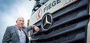 Willem van Breen van transportbedrijf Fiege. Fiege rijdt voornamelijk met bijzondere voertuigen van Mercedes-Benz. Deze auto's hangen vol lood door het vervoer van isotopen.
