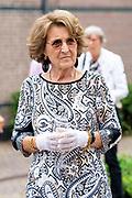 APELDOORD, 12-07-2021, Binnenstad<br /> <br /> In de binnenstad van Apeldoorn heeft Prinses Margriet een kunstwerk onthuld ter ere van het 50-jarig jubileum van Apenheul. Prinses Margriet sprak na de onthulling van het bronzen beeld 'Jarig aapje' van Florentijn Hofman met de initiatiefnemers en de kunstenaar.  FOTO: Brunopress/Patrick van Emst