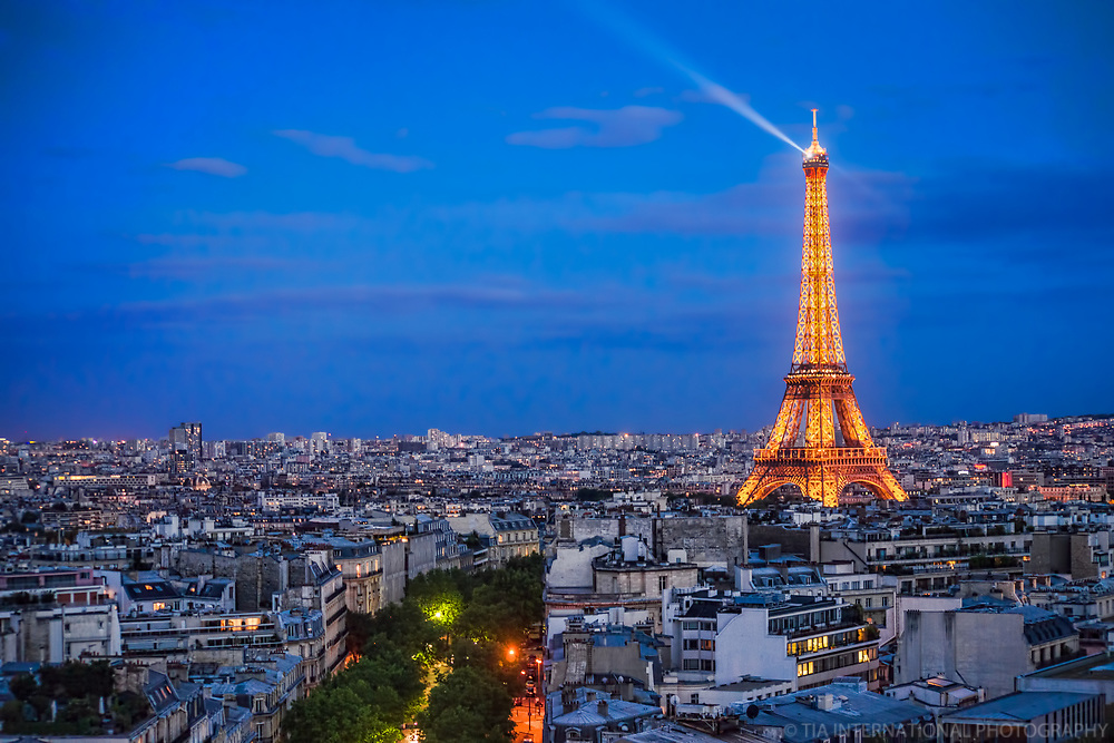 Glowing Eiffel Tower @ Blue Hour