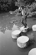 Peter Townsend in a Japanese pond during the filming of his trip around the world.<br /> <br /> <br /> Peter Townsend dans un étang japonais pendant le tournage de son voyage autour du monde .