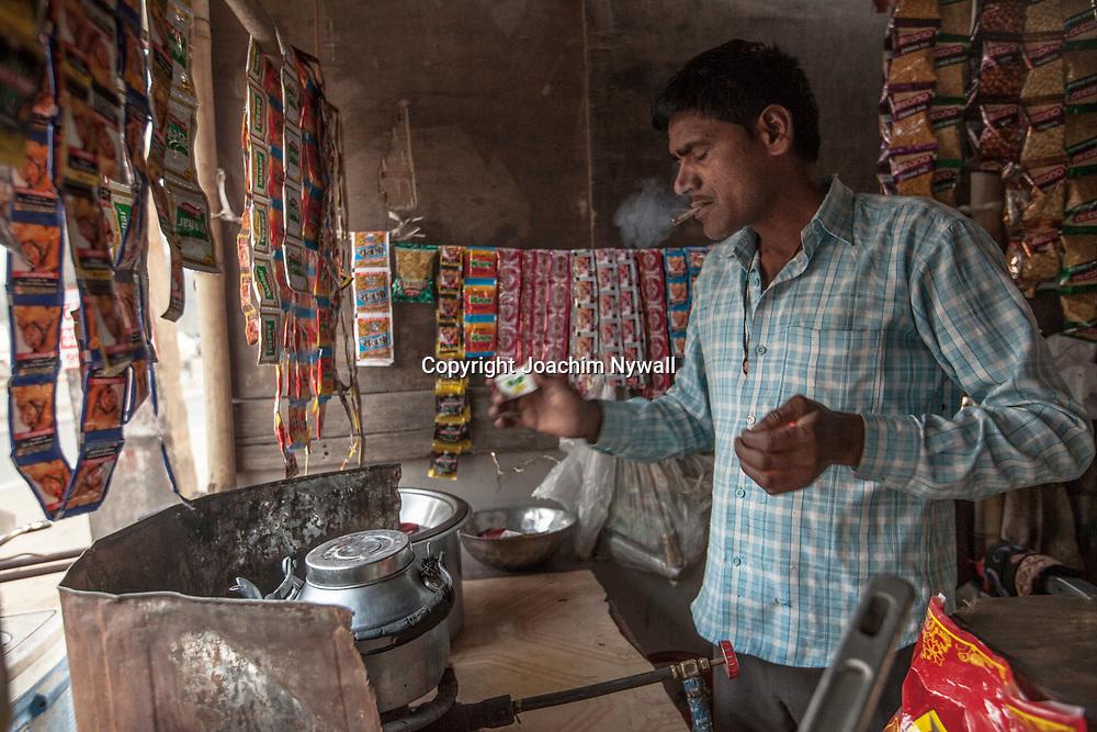 Delhi 2017 03 09 Indien<br /> Man som gör te eller Chai i en liten vägrestaurang <br /> <br /> <br /> ----<br /> FOTO : JOACHIM NYWALL KOD 0708840825_1<br /> COPYRIGHT JOACHIM NYWALL<br /> <br /> ***BETALBILD***<br /> Redovisas till <br /> NYWALL MEDIA AB<br /> Strandgatan 30<br /> 461 31 Trollhättan<br /> Prislista enl BLF , om inget annat avtalas.