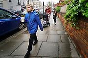 Engeland, Londen, 10-4-2019Straatbeeld van het centrum van de stad. Pimlico, familie, gezin, moeder,kinderen, frisdrank,blikje,Foto: Flip Franssen