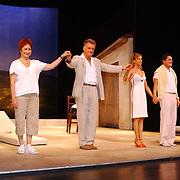 Premiere Hemelen, cast op toneel, Bea Meulman, Carol van herwijnen, Irma Hartog en Johnny Kraaykamp Jr.