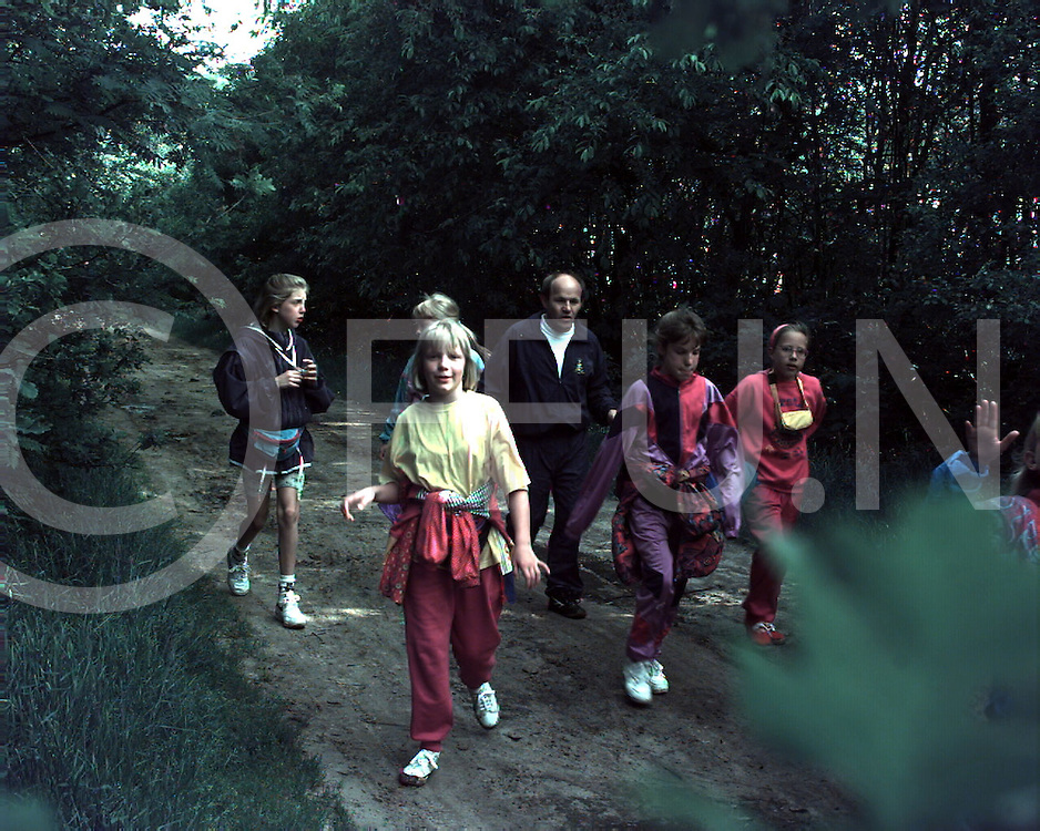 balkbrug : avondvierdaagse door de bossen..foto frank uijlenbroek@1995