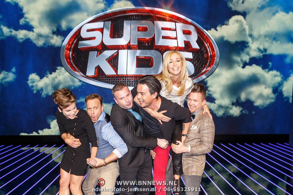 NLD/Hilversum/20150420 - Persviewing Superkids, Dinand Woesthoff, Angela Schijf, Johnny de Mol, Wendy van Dijk, Carlo boszhard en Tijl Beckand aan het stoeien