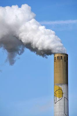 Nederland, Nijmegen, 7-5-2012Rokende schoorsteen van de elektriciteitscentrale, elektriciteitscentrale van Elektrabel bij Nijmegen.Foto: Flip Franssen/Hollandse Hoogte