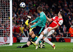16-02-2011 VOETBAL: ARSENAL - FC BARCELONA: LONDON<br /> Round of last 16, at the Emirates Stadium in London / Robin van Persie beats Barcelonas Gerard Pique and shoots in goal denied by Barcelonas Victor Valdes <br /> **NETHERLANDS ONLY** <br /> ©2011-WWW.FOTOHOOGENDOORN.NL/ nph/ Kieran Galvin