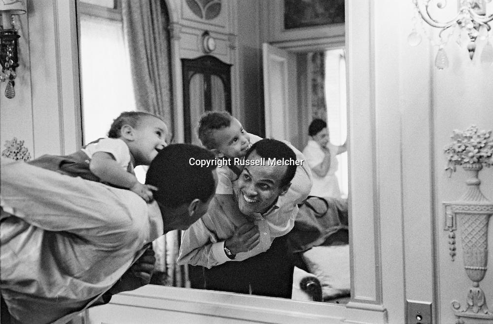 Harry belafonte relaxing with his son David in front of the mirror in Hotel Raphael, Paris.<br /> <br /> <br /> Harry Belafonte  durant un moment de détente avec son fils David devant le miroir à l'Hôtel Raphael , Paris .