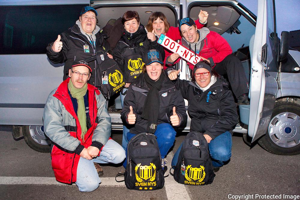370327-Superfans van Sven Nys vertrekken naar de veldrit in Gieten Nederland-Onder: Marc, Severine, Sylvia : Boven : Rita, Karine, Melissa en Natalie-Baal