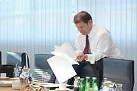 16 JUN 2003, BERLIN/GERMANY:<br /> Olaf Scholz, SPD Generalsekretaer, liest in Unterlagen, vor Beginn der Sitzung des SPD Praesidiums, Willy-Brandt-Haus<br /> IMAGE: 20030616-01-016<br /> KEYWORDS: Präsidiumssitzung, lesen, Akte, Akten, papers