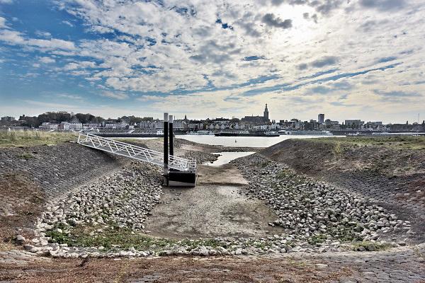 Nederland, the netherlands, Nijmegen, 16-10-2018Door de aanhoudende droogte staat het water in de rijn, ijssel en waal extreem laag . Laagterecord en de laagste officiele stand ooit bij Lobith gemeten, 6,73 m boven NAP . Schepen moeten minder lading innemen om niet te diep te komen . Hierdoor is het drukker in de smallere vaargeul . Door te weinig regenval in het stroomgebied van de rijn is het record verbroken . Het passantenhaventje van het riviereiland Veur-Lent is drooggevallen, staat droog, is leeg.Foto: Flip Franssen