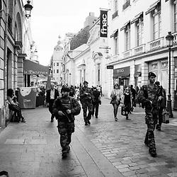 vendredi 12 août 2016, 16h40, Paris IX. Patrouille du 19ème Régiment du Génie dans les rues piétones.