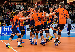19-02-2017 NED: Bekerfinale Draisma Dynamo - Seesing Personeel Orion, Zwolle<br /> In een uitverkochte Lanstede Topsporthal wint Orion met 3-1 de bekerfinale van Dynamo / Spelers van Orion vieren feest als ze de beker winnen