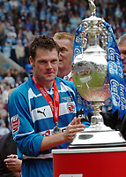 Photo: Kevin Poolman.<br /> Reading v Queens Park Rangers. Coca Cola Championship. 30/04/2006. Captain Graeme Murty gets his first look at the Trophy.