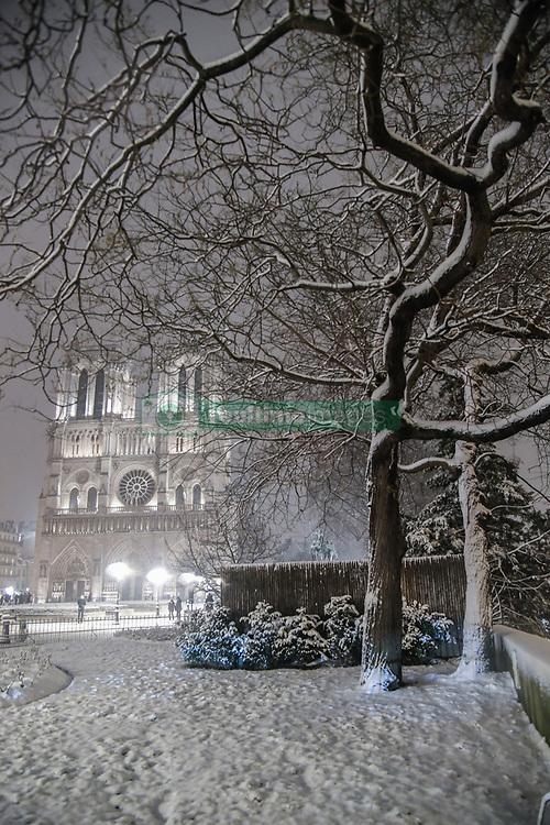 February 6, 2018 - Paris, Ile-de-France, France - Snow storm  rising up in Paris at night on 6 February 2018 with  blocked the traffic. (Credit Image: © Julien Mattia/NurPhoto via ZUMA Press)