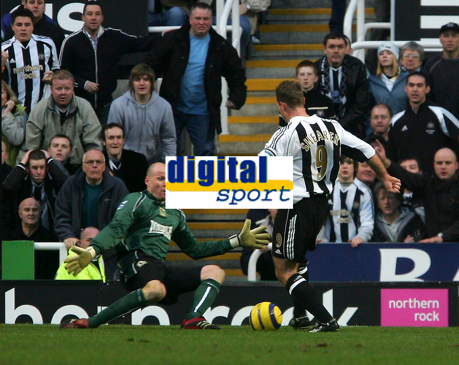 Photo: Andrew Unwin.<br />Newcastle United v Blackburn Rovers. The Barclays Premiership. 21/01/2006.<br />Blackburn's goalkeeper, Brad Friedel (L), comes out to save against Newcastle's Alan Shearer (R).