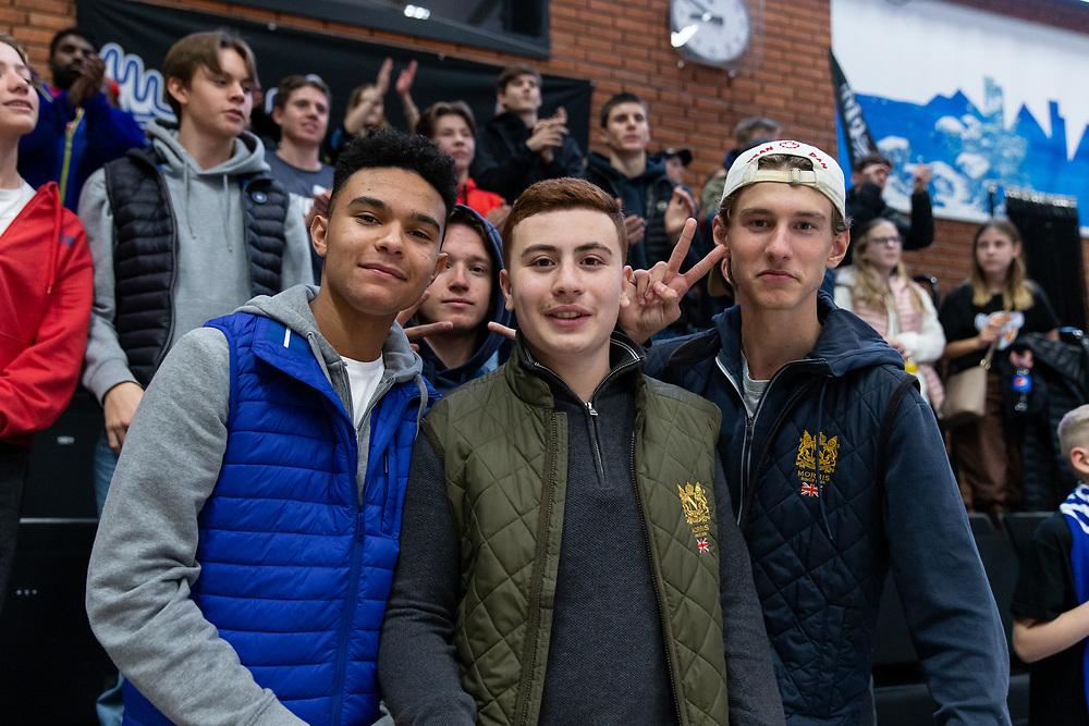 ÖSTERSUND 20211007<br /> Glada fans efter torsdagens match i basketligan mellan Jämtland Basket och Norrköping Dolphins.<br /> Foto: Per Danielsson / Projekt.P