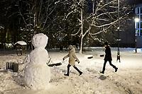 Bialystok, 26.01.2017. Nocny Bialystok pod sniegiem. Po całodobowych obfitych opadach sniegu miasto zostalo przykryte 30 cm warstwa bialego puchu. N/z balwan sniegowy fot Michal Kosc / AGENCJA WSCHOD