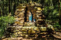 Gruta de Nossa Senhora de Lourdes, dentro das Termas de São João. São João do Oeste, Santa Catarina, Brasil. / Sanctuary to Our Lady of Lourdes. Sao Joao do Oeste, Santa Catarina, Brazil.