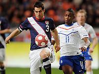Fotball<br /> Nederland v USA<br /> 03.03.2010<br /> Foto: Witters/Digitalsport<br /> NORWAY ONLY<br /> <br /> v.l. Carlos Bocanegra, Eljero Elia (Niederlande)<br /> Fussball Testspiel Niederlande - USA