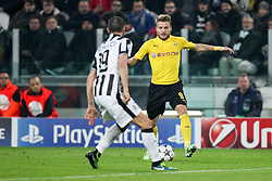24.02.2015, Veltins Arena, Turin, ITA, UEFA CL, Juventus Turin vs Borussia Dortmund, Achtelfinale, Hinspiel, im Bild l-r: im Zweikampf, Aktion, mit Leonardo Bonucci #19 (Juventus Turin) und Ciro Immobilie #9 (Borussia Dortmund) // during the UEFA Champions League Round of 16, 1st Leg match between between Juventus Turin and Borussia Dortmund at the Veltins Arena in Turin, Italy on 2015/02/24. EXPA Pictures © 2015, PhotoCredit: EXPA/ Eibner-Pressefoto/ Kolbert<br /> <br /> *****ATTENTION - OUT of GER*****