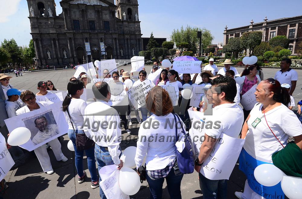 Toluca, México (Abril 17, 2016).- Familiares, amigos y compañeros de Juan Vicente Hernández de León, quien fuera acusado de ser un pederasta al darse a conocer un video en Facebook,  realizaron una marcha silenciosa por las calles de Toluca en apoyo, y exigen que sea liberado.  Agencia MVT / Crisanta Espinosa