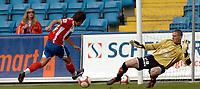 Fotball , Tippeligaen 05.06.2006<br /> Lyn v Viking  0-0<br /> Lyn, Espen Hoff - Viking, Anthony Basso<br /> Foto: Robert Christensen - Digitalsport