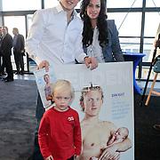 NLD/Rotterdam/20111116 - Presentatie Helden 11 magazine, Dirk Kuyt en partner Gertrude van Vuren en zoon Jordan