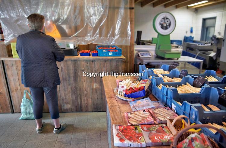 Nederland, Groesbeek, 29-4-2020 Op Klein Amerika is de landwinkel met dezelfde naam al lang een begrip . Door de coronadreiging wordt meer via deze boerderijwinkels verkocht . Er worden allerlei lokale producten verkocht zoals fruit, groente, kaas, wijn vlees, zuivel, eieren, allemaal van lokale boerenbedrijven. Ze telen ook asperges die in deze tijd populair zijn . Foto: Flip Franssen