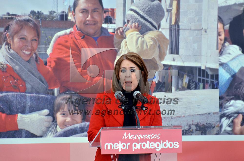 Zinacantepec, México.- Rocío Alonso Ríos, titular de la SSC durante la entrega de apoyos en el paraje de Raíces a familias de diferentes comunidades de las faldas del volcán Xinantécatl. Agencia MVT / José Hernández
