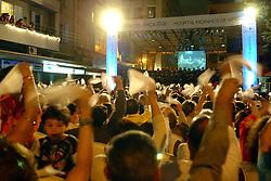 Porto Alegre/RS -  05/12/2006 - Com luzes, música e fogos, pelo oitavo ano consecutivo o Hospital Moinhos de Vento apresenta o espetáculo Natal na Praça, em Porto Alegre, com a participação do coral feminino do hospital e da Orquestra de Câmara do Theatro São Pedro. Como presente à comunidade, a instituição decorou a Praça Júlio de Castilhos para promover a chegada do Papai Noel, ponto alto da festa, acompanhada pela queima de fogos de artifício. O evento contou ainda com a participação de colaboradores do hospital no espetáculo dirigido por Giovana de Figueiredo em um palco especialmente montado no local. A Praça Julio de Castilhos, localizada na confluência das avenidas 24 de outubro e Independência com a Rua Ramiro Barcelos, foi adotada pelo Hospital Moinhos de Vento em 1997.  Foto: Marcos Nagelstein/Especial ZH