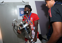 LISBON, PORTUGAL - Sunday, August 23, 2020: FC Alphonso Davies, wearing a face mask, celebrates with the European Cup trophy as Bayern win it for the sixth time after the UEFA Champions League Final between FC Bayern Munich and Paris Saint-Germain at the Estadio do Sport Lisboa e Benfica. FC Bayern Munich won 1-0. (Credit: ©UEFA)