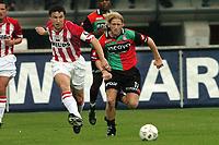 Fotball<br /> Nederland 2004/2005<br /> Foto: ProShots/Digitalsport<br /> NORWAY ONLY<br /> <br /> NEC v PSV<br /> <br /> mark van bommel is bjorn van de doelen te snel af