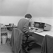 Nederland, Nijmegen, 21-2-1985Een journalist werkt thuis op een draagbare computer, de Kaypro 2 die met het programma wordstar werkte.Foto: Flip Franssen/Hollandse Hoogte