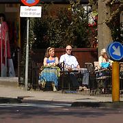 Ferdi Bolland en partner Marion Mulder rusten uit op een terras in Laren