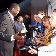 NLD/Amsterdam/20050627 - Premiere War of the World, TSC beveiliger heeft ruzie met verslaggeefster van het programaa Glamour