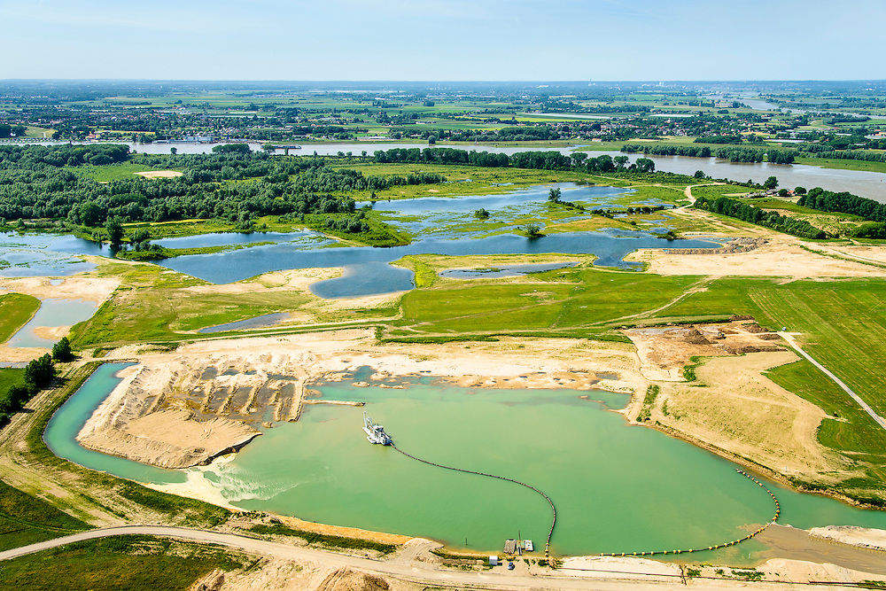 Nederland, Gelderland, gemeente Berg en Dal, 09-06-2016; Millingerwaard, ten oosten van Nijmegen, gelegen aan rivier De Waal en op de grens met Duitsland, onderdeel van natuurgebied de Gelderse Poort.<br /> In het kader van het Ruimte voor de Rivier project worden de uiterwaarden vergraven om zo een beter afvoer bij hoog water te realiseren evenals een lager waterstand<br /> <br /> Millingerwaard east of Nijmegen, part of the Gelderse Poort nature reserve.<br /> Partt of the Room for the River project:  in order to achieve a better discharge at high tide and a lower water level, the floodplains are excavated.<br /> luchtfoto (toeslag op standard tarieven);<br /> aerial photo (additional fee required);<br /> copyright foto/photo Siebe Swart