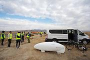 De Super Ketta staat klaar voor de kwalificaties op maandagochtend. Het Human Power Team Delft en Amsterdam (HPT), dat bestaat uit studenten van de TU Delft en de VU Amsterdam, is in Amerika om te proberen het record snelfietsen te verbreken. In Battle Mountain (Nevada) wordt ieder jaar de World Human Powered Speed Challenge gehouden. Tijdens deze wedstrijd wordt geprobeerd zo hard mogelijk te fietsen op pure menskracht. Het huidige record staat sinds 2015 op naam van de Canadees Todd Reichert die 139,45 km/h reed. De deelnemers bestaan zowel uit teams van universiteiten als uit hobbyisten. Met de gestroomlijnde fietsen willen ze laten zien wat mogelijk is met menskracht. De speciale ligfietsen kunnen gezien worden als de Formule 1 van het fietsen. De kennis die wordt opgedaan wordt ook gebruikt om duurzaam vervoer verder te ontwikkelen.<br /> <br /> The Human Power Team Delft and Amsterdam, a team by students of the TU Delft and the VU Amsterdam, is in America to set a new world record speed cycling.In Battle Mountain (Nevada) each year the World Human Powered Speed Challenge is held. During this race they try to ride on pure manpower as hard as possible. Since 2015 the Canadian Todd Reichert is record holder with a speed of 136,45 km/h. The participants consist of both teams from universities and from hobbyists. With the sleek bikes they want to show what is possible with human power. The special recumbent bicycles can be seen as the Formula 1 of the bicycle. The knowledge gained is also used to develop sustainable transport.