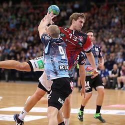 Hamburg, 26.12.16, Sport, Handball, Weltrekordspiel, 3. Liga Nord, Saison 2016/2017, Handball Sport Verein Hamburg - DHK Flensborg : Timo Bruene(DHK Flensborg, #09), Niklas Weller (Handball Sportverein Hamburg, #13)<br /> <br /> Foto © PIX-Sportfotos *** Foto ist honorarpflichtig! *** Auf Anfrage in hoeherer Qualitaet/Aufloesung. Belegexemplar erbeten. Veroeffentlichung ausschliesslich fuer journalistisch-publizistische Zwecke. For editorial use only.