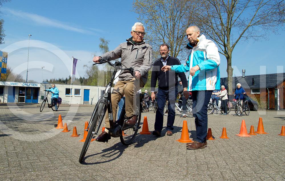 DALFSEN - E-Bike training.<br /> H.ter Wee rijd een parcours met een bocht.<br /> FFU PRESS AGENCY COPYRIGHT FRANK UIJLENBROEK