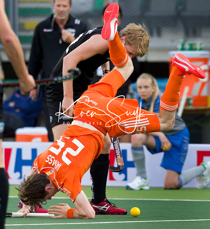 DEN HAAG - Seve van Ass gaat spectaculair neer over de schouders van de Nieuwtijdens de laatste poulewedstrijd tussen de mannen van  Nederland en Nieuw-Zeeland om de World Cup Hockey 2014. ANP KOEN SUYK