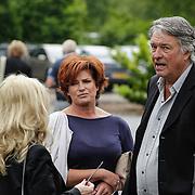NLD/Bilthoven/20120618 - Uitvaart Will Hoebee, Ron Brandsteder en partner Yvonne Baggen in gesprek met Bonnie St. Claire