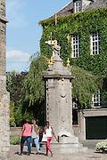 Pilori Brunnen von 1779 and der Stiftskirche St. Waltrudis, Mons, Hennegau, Wallonie, Belgien, Europa   Pillory fountain near abbey church Saint Waltrude, Mons, Hennegau, Wallonie, Belgium, Europe