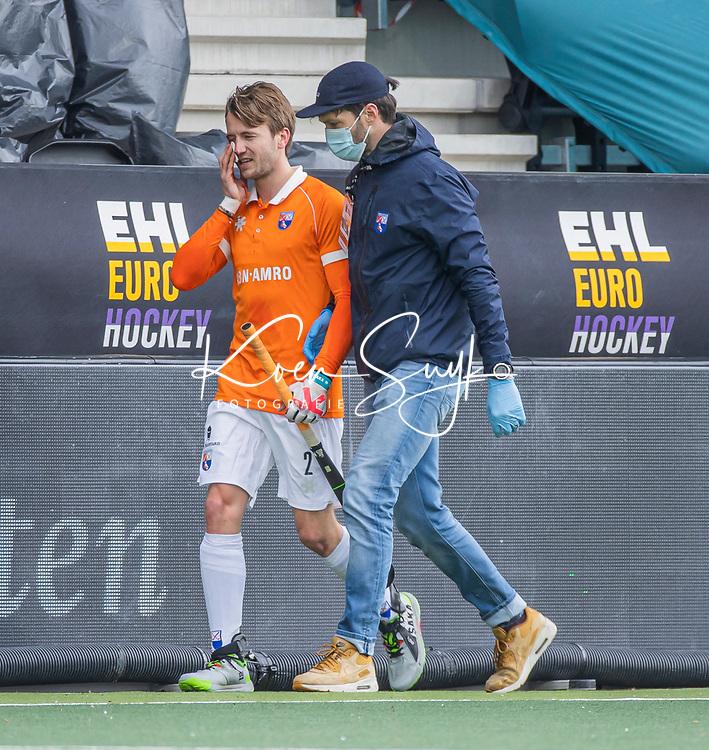 AMSTELVEEN - Daan Dullemeijer (Bldaal) met fysio Mark Janssen (Bldaal)  tijdens de Euro Hockey League finale mannen, Atletic Terrassa (Sp) - HC Bloemendaal (2-5).  .COPYRIGHT KOEN SUYK