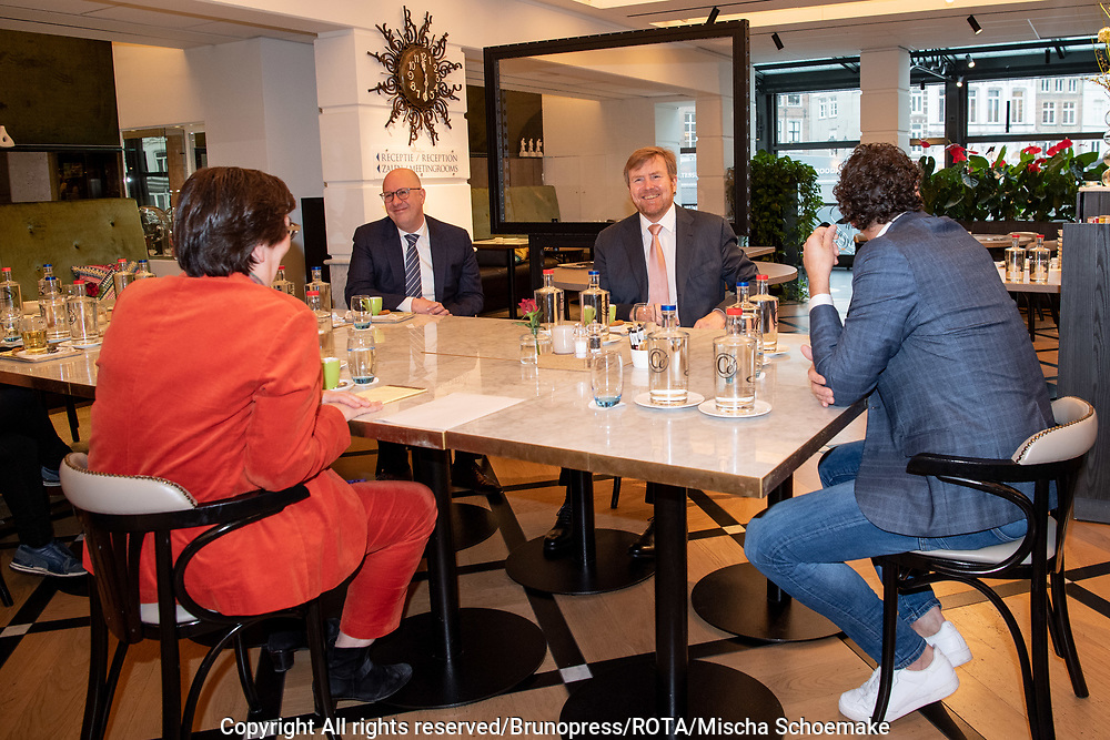 's-Hertogenbosch, 28-1-2021 <br /> <br /> Koning Willem Alexander tijdens een bezoek aan 's-Hertogenbosch. Hij sprak daar met politie, winkeliers en omwonenden over de ongeregeldheden, vernielingen en plunderingen die in de avond van 25 januari in de binnenstad van 's-Hertogenbosch hebben plaatsgevonden.