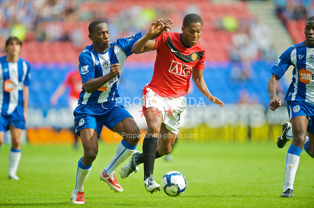 WIGAN, ENGLAND - Saturday, August 22, 2009: Manchester United's Antonio Valencia and Wigan Athletic's Hendry Thomas during the Premiership match at the DW Stadium. (Photo by David Rawcliffe/Propaganda)