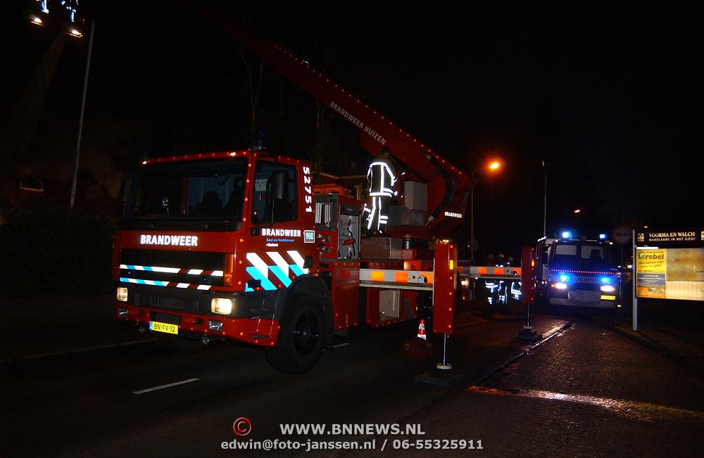 Brand in woning met rieten kap Driftweg 202 Huizen, ladderwagen 751