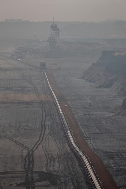 Juechen, DEU, 20.09.2015<br /> <br /> Der von der RWE Power AG betriebene Braunkohletagebau Garzweiler erstreckt sich im Rheinischen Braunkohlerevier zwischen den Staedten Bedburg, Grevenbroich, Juechen, Erkelenz und Moenchengladbach. <br /> <br /> The Garzweiler open-cast lignite mine operated by RWE Power AG extends in the Rhenish lignite district  in the westernmost part of Germany between the cities of Bedburg, Grevenbroich, Juechen, Erkelenz and Moenchengladbach.<br /> <br /> Foto: Bernd Lauter/berndlauter.com